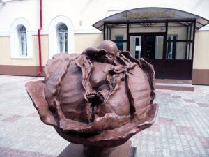 капуста-Памятник младенцу в капусте в Томске
