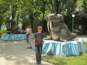 Тимур возле статуи моржа в Сафари-парке Краснодара, фото Наты